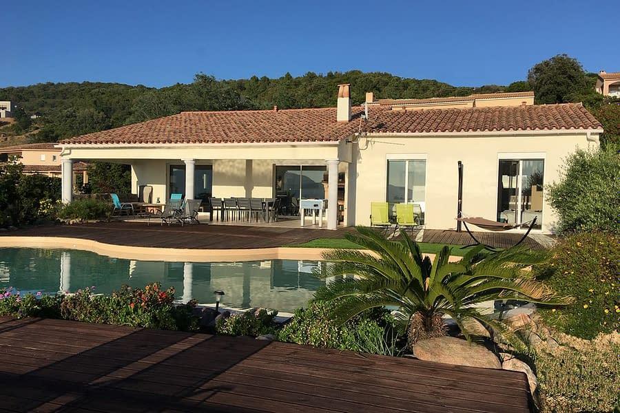 Villa de plain-pied ouverte sur la piscine