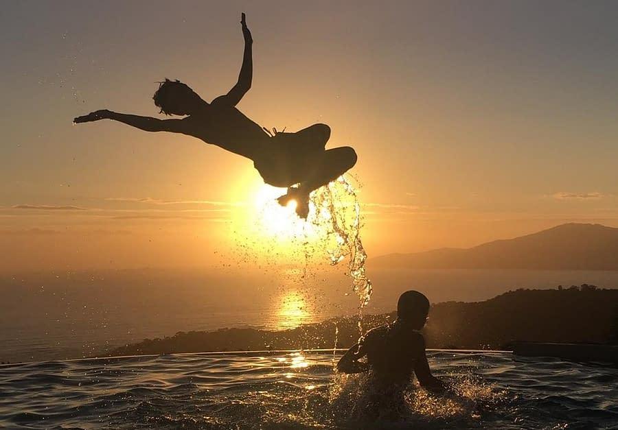 Jeux de piscine au coucher du soleil